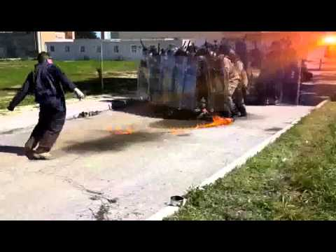 مولوتوف يتسبب في إصابة جندي بحروق