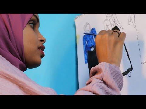 شاهد مصممو أزياء شباب من الصومال يشقون طريقهم في بلدٍ يتخبّطُ بالحروب