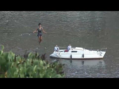 شاهد فرنسية تعبُر نهرًا في براغ على حبل بلعو 35 مترًا