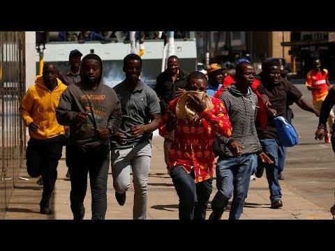 شاهد شرطة زيمبابوي تطلق قنابل الغاز لتفريق محتجين من أنصار المعارضة