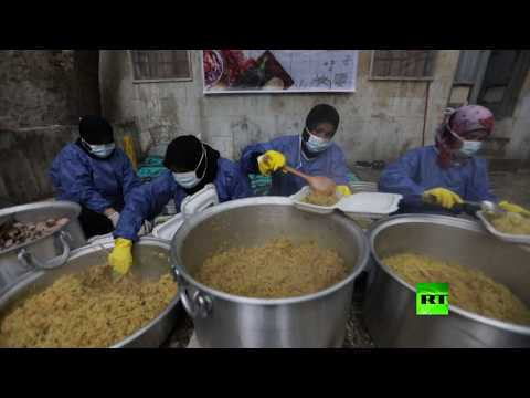 أرامل سوريات يحضرن وجبات رمضانية للنازحين في إدلب