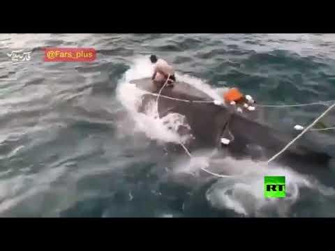شاهد صياد إيراني ينقذ حوتا في خليج عمان
