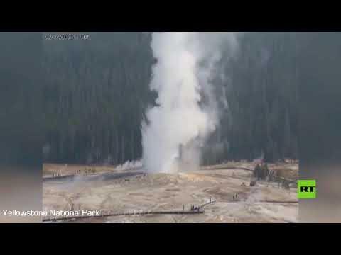 شاهد فوارة عملاقة في محمية يلوستون الأميركية تدفع الماء الساخن إلى الهواء