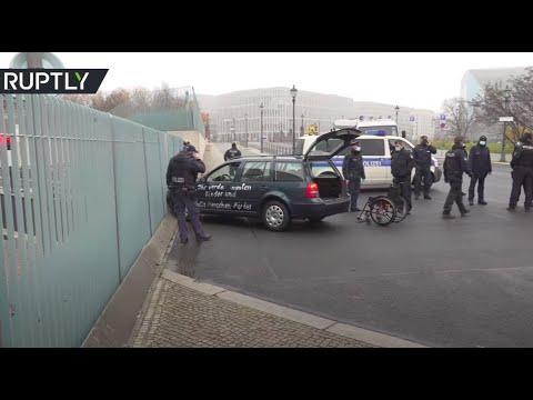 شاهد اصطدام سيارة ببوابة مقر إقامة المستشارة الألمانية في برلين
