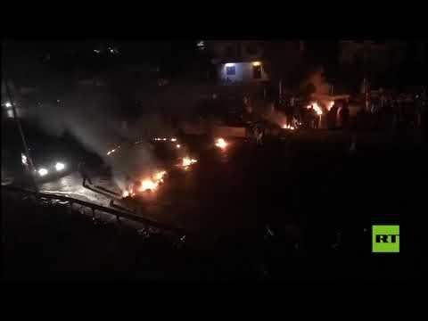 شاهدقطع عدد من الطرقات الرئيسية في لبنان بالإطارات المشتعلة