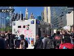 شاهد محتجون يُهاجمون سيارة شرطة بالقرب من برج ترامب العالمي في شيكاغو