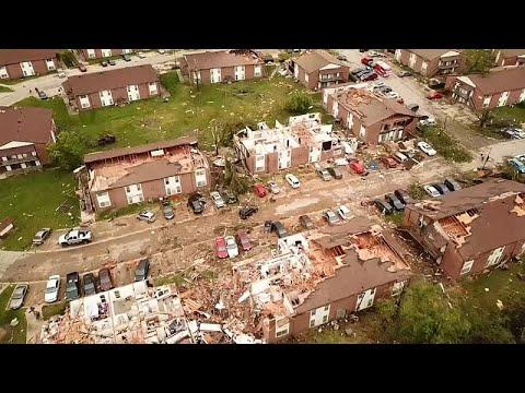 شاهد إعصار في ولاية أميركية يدمر المباني ويقتلع الأشجار ويقتل 3 أشخاص
