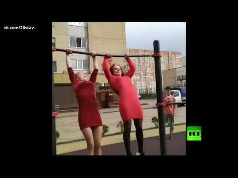 فتاتان روسيتان تقدمان عرضًا مثيرًا في القوة