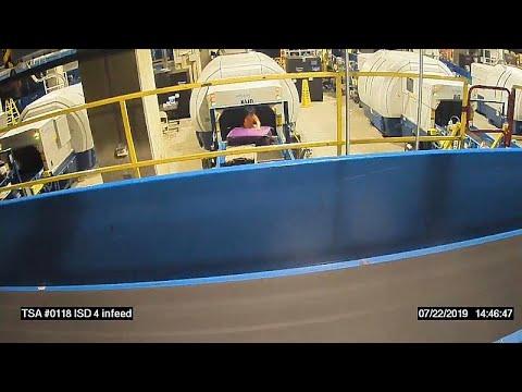 شاهد طفل يفلت من والدته ويصعد على حزام الأمتعة في مطار أميركي