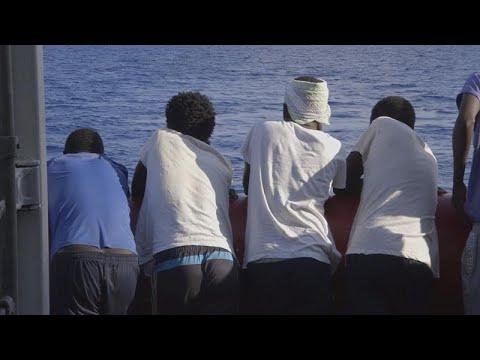 شاهد 5 قتلى و20 مفقودًا إثر غرق قارب قبالة ساحل ليبيا