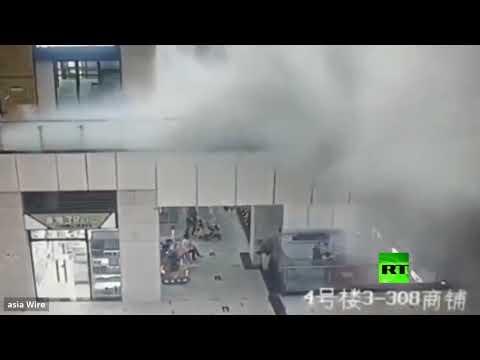 شاهد مياه الأمطار تجرف إحدى المتسوقات في مركز تجاري في الصين