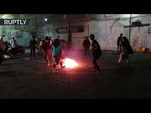 شاهد أطفال شجعان في إندونيسيا يلعبون كرة النار احتفالًا بالعام الهجري الجديد