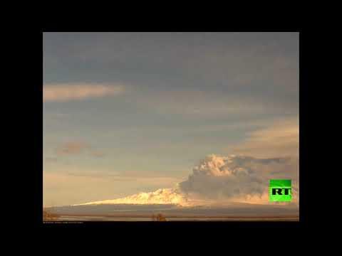 شاهد بركان في كامتشاتكا يطلق عمودًا ضخمًا من الدخان