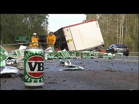 شاهد تحطم شاحنة تحمل مئات العلب من البيرة في أستراليا