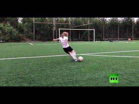 شاهد حسناء نرويجية تلعب كرة القدم في كل مكان بحركات استعراضية