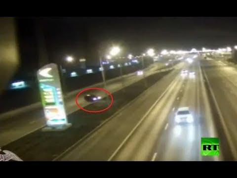 شاهد سيارة تنطلق بسرعة جنونية وتتحطم بلوحة إعلانات