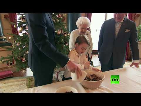 الملكة البريطانية مع عائلتها تشتغل بطبخ البودينغ