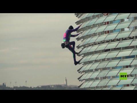 سبايدرمان الفرنسي يتسلق قمة مبنى ارتفاعه 38 طابقا في برشلونة
