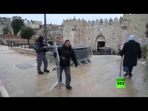 مئات من الفلسطينيين يؤدون صلاة الجمعة في ساحة الحرم القدسي