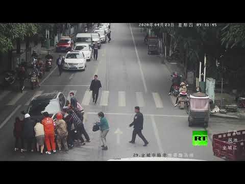 سيارة تدهس امرأة في هيشي الصينية ومارة ينقذونها من تحت عجلات