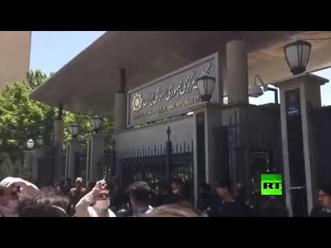 عشرات التجار يحتجون أمام البنك المركزي الإيراني