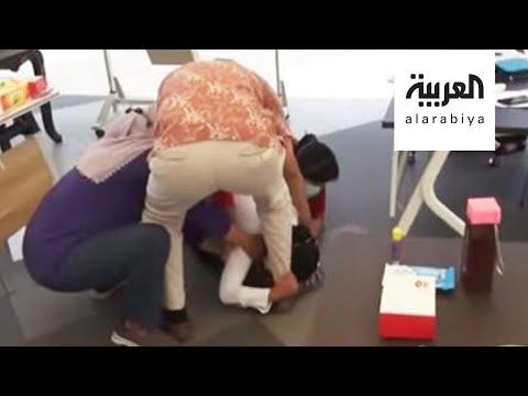 شاهد مسؤولة إندونيسية تنهار باكية عند أقدام الأطباء بسبب كورونا