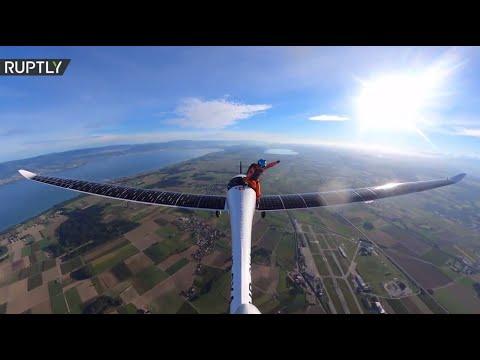 أول  قفزة  مظلية في التاريخ من طائرة تعمل بالطاقة الشمسية