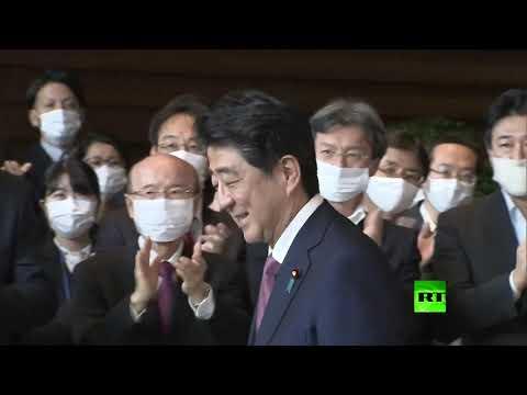 شاهد رئيس وزراء الياباني المستقيل يودع مكتبه الرسمي