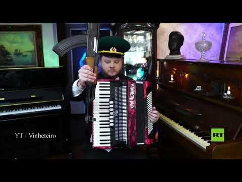 شاهد موسيقار برازيلي يعزف باستخدام رشاش كلاشنيكوف وزجاجة فودكا